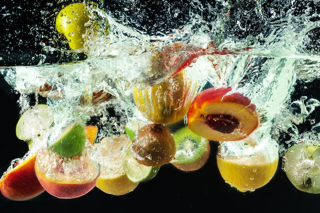 Veel fruit spatten in water