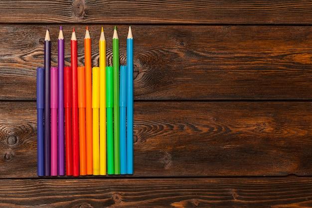 Veel geassorteerde kleurenmarkeerstiften en potloden met copyspace