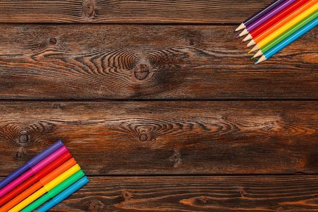 Veel geassorteerde kleurenmarkeerstiften en potlodenachtergrond