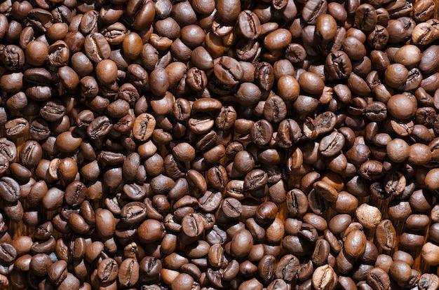 Veel gebrande koffiebonen liggen close-up.