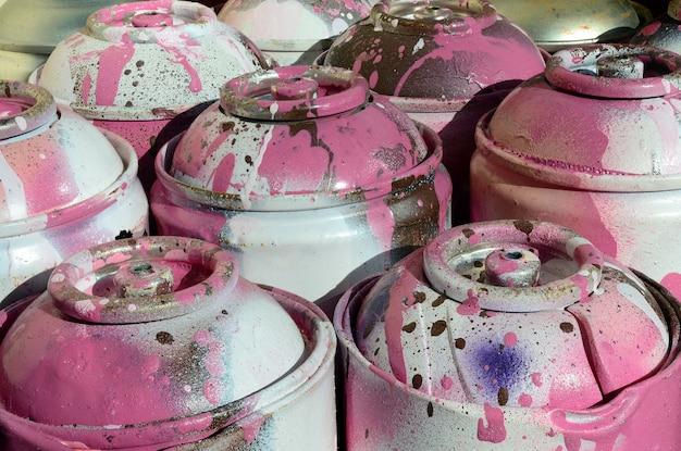 Veel gebruikte roze metalen tanks met verf voor het tekenen van graffiti