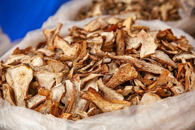 Veel gedroogde paddenstoelen in een zak op een landelijke kermis.