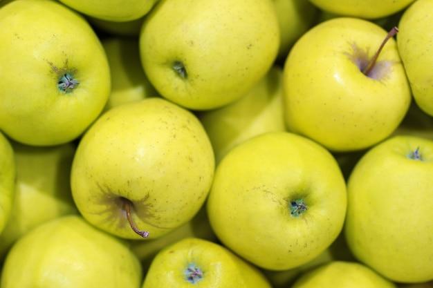 Veel gele appels. natuurlijke staat. bovenaanzicht als achtergrond.