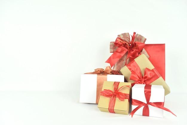 Veel geschenkdoos op witte ruimte aanwezig voor verjaardag valentijn dag kerstmis nieuwjaar concept