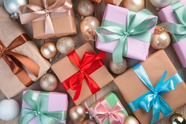 Veel geschenkdozen met gekleurde linten en kerstballen