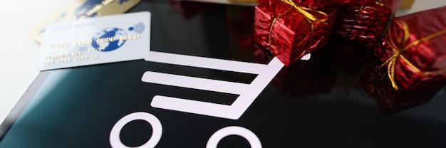 Veel geschenken en plastic creditcards staan op tablet. online winkelconcept