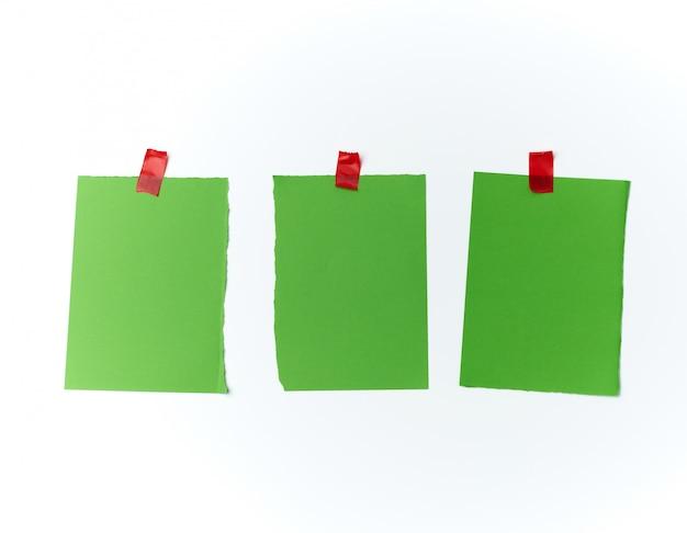 Veel gescheurde groene stukjes papier gelijmd met plakband