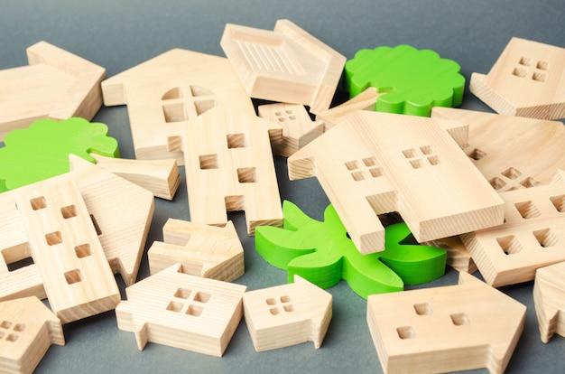 Veel gevelde houten huizen. vernietiging van huizen