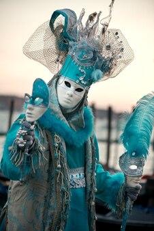 Veel gezichten van mannen. deelnemer aan traditioneel carnaval in venetië. perfecte outfit.