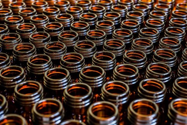 Veel glazen potten voor lege geneesmiddelen op een rij