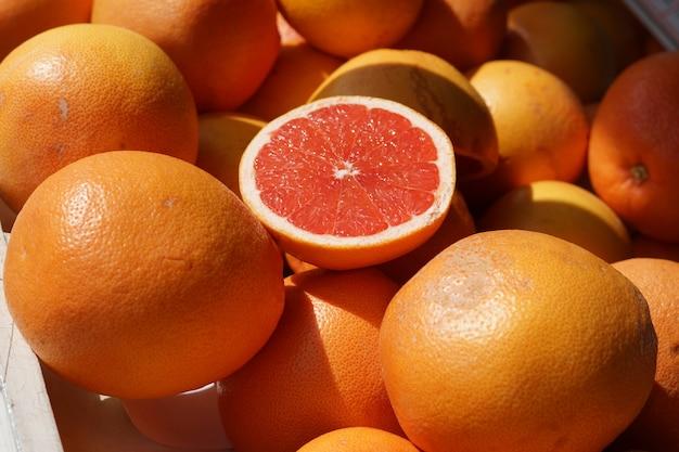 Veel grapefruits op de toonbank in de markt