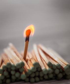Veel groene lucifers en een rode, leiderschap, licht
