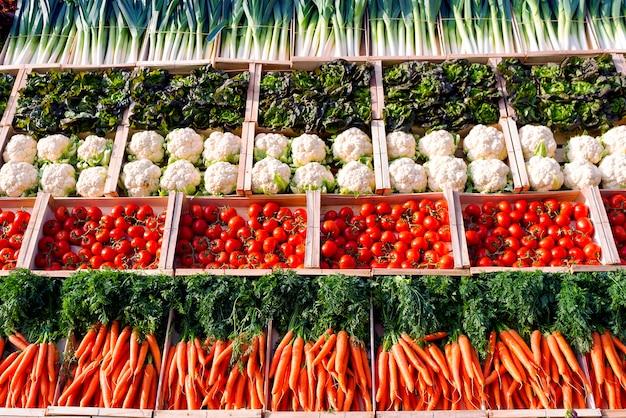 Veel groenten op planken in supermarkt