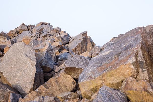 Veel grote stenen close-up. voor de muur