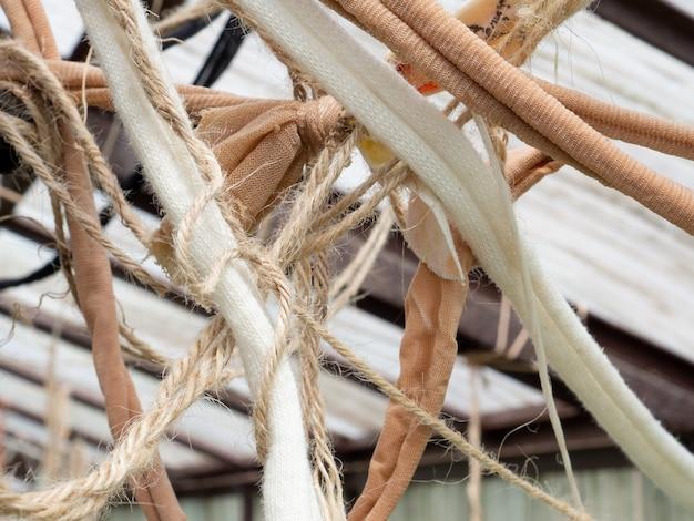 Veel hangende chaotisch met elkaar verweven touwen en linten