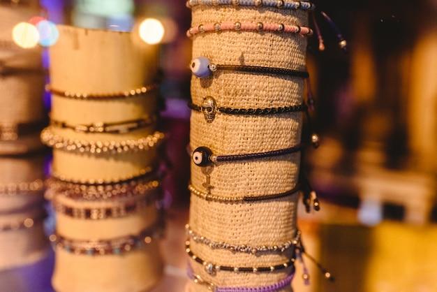 Veel hippie-stijl jeugdarmbanden te koop.
