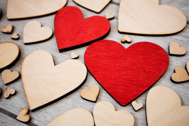 Veel houten harten op de houten tafel