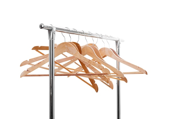 Veel houten lege hangers voor kleding op rek op witte achtergrond. je hebt niets om aan te trekken. uitverkoop
