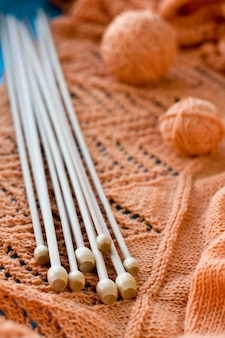 Veel houten spaken liggen op een oranje gebreide plaid