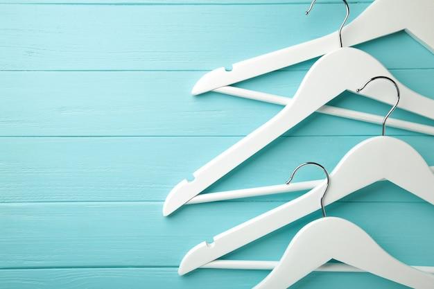 Veel houten witte hangers op grijze muur. winkelconcept, lege hanger.