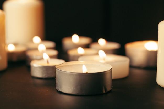 Veel kaarsen branden 's nachts. veel kaarsvlammen