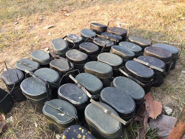Veel kamppotten lagen op droog gazon