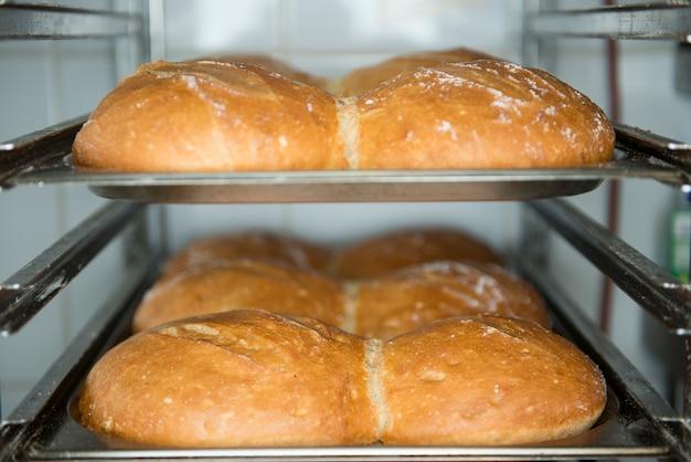Veel kant-en-klaar vers brood in een bakkerijoven in een bakkerij.