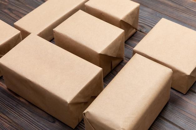 Veel kartonnen dozen op donker hout. bovenaanzicht
