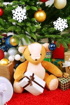 Veel kerstcadeaus op vloer in feestelijk interieur