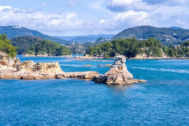 Veel kleine eilanden over de blauwe oceaan in zonnige dag, beroemde kujukushima (99 eilanden) parel zee resort eilandje in sasebo saikai national park, nagasaki, kyushu, japan.
