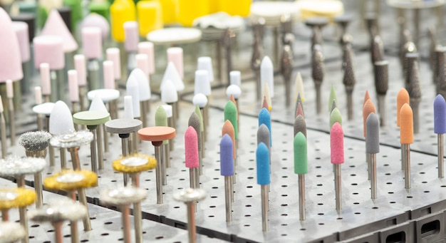 Veel kleine polijstgereedschappen worden gebruikt voor het onderhoud van matrijzen of gereedschappen