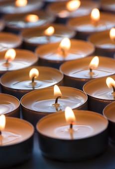 Veel kleine rondheid brandende kaarsen, close-up.