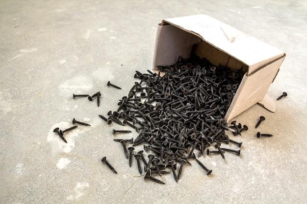 Veel kleine zwarte schroeven