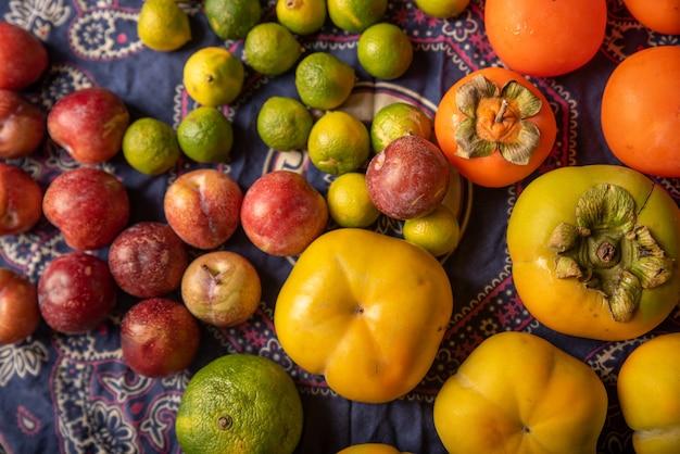 Veel kleuren en soorten fruit staan op de houtnerftafel