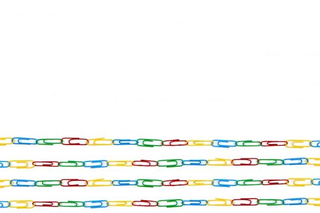 Veel kleurenlijn briefpapier paperclips op een witte achtergrond. bovenaanzicht en kopieer ruimte