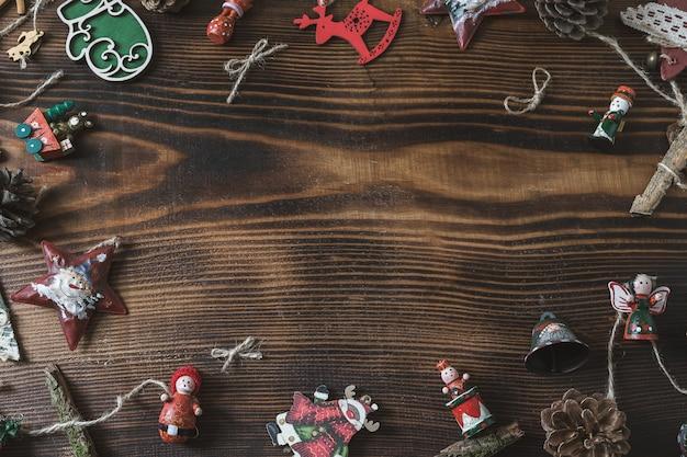 Veel kleurrijk sterspeelgoed op oud hout