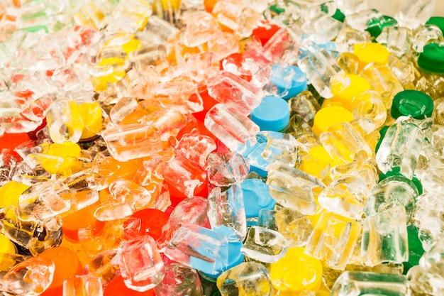 Veel kleurrijk van flessen in het ijs