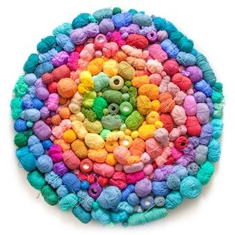 Veel kleurrijke ballen van wol en katoenen garens