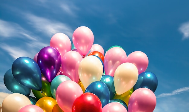 Veel kleurrijke ballonnen op de blauwe hemelachtergrond met wolken