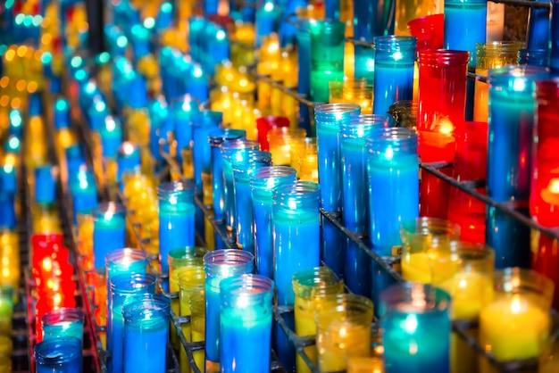 Veel kleurrijke kaarsen in het klooster van montserrat in barcelona, spanje?