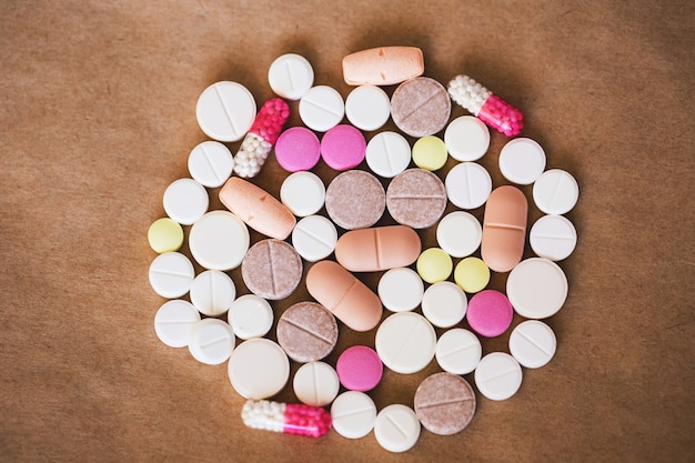 Veel kleurrijke medicijnen en pillen