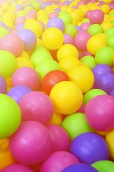 Veel kleurrijke plastic ballen in een kinderen 'ballpit op een speelplaats. sluit omhoog patroon