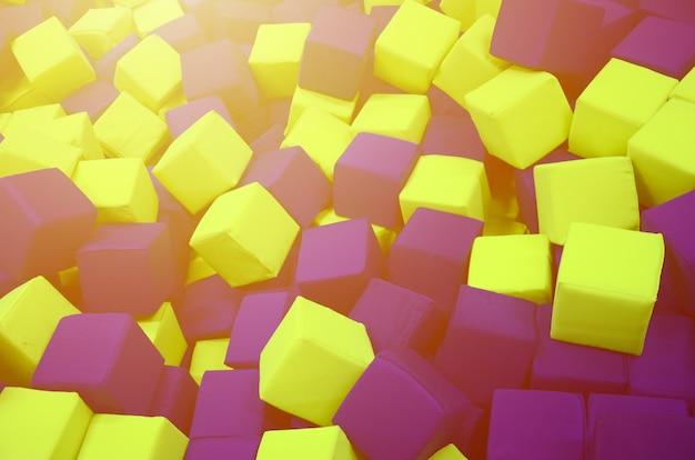 Veel kleurrijke zachte blokken in een kinderen 'ballpit op een speelplaats