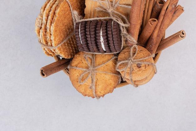 Veel koekjes met kaneel op wit.