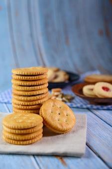 Veel koekjes worden op de stof geplaatst en vervolgens op een houten tafel geplaatst.