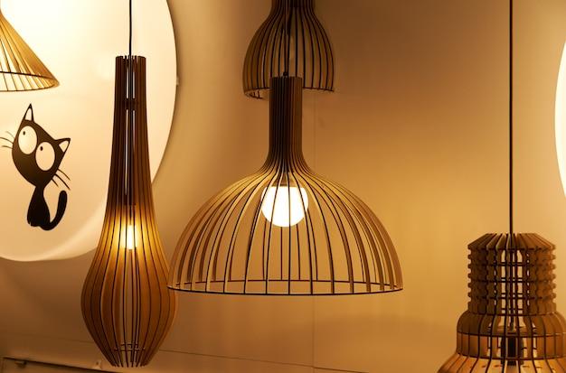 Veel lampen van glas en koper, hangend aan het plafond in de verkoopruimte. voor het interieur in de oude stijl.