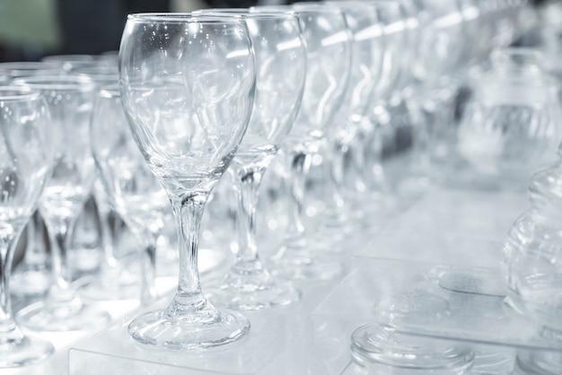 Veel lege glazen in een lijn