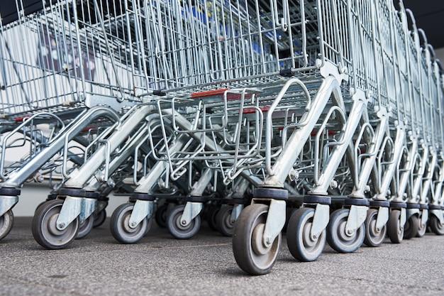 Veel lege winkelwagentjes op de parkeerplaats van de winkel