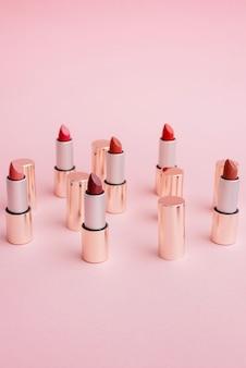 Veel luxe gouden lippenstiften in verschillende roze tinten