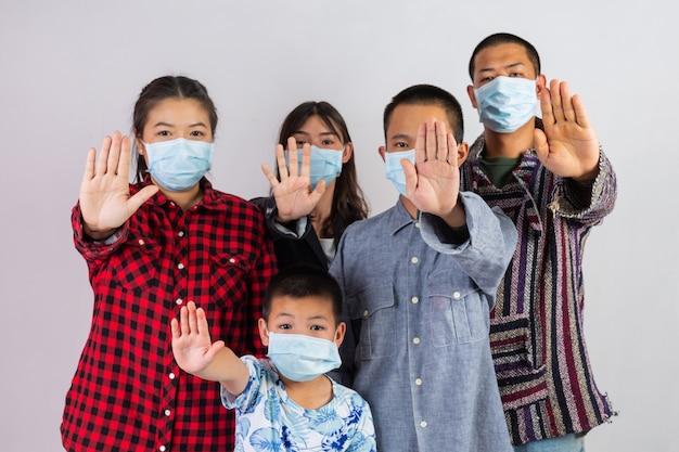 Veel mensen dragen maskers die op een witte achtergrond inwerken.